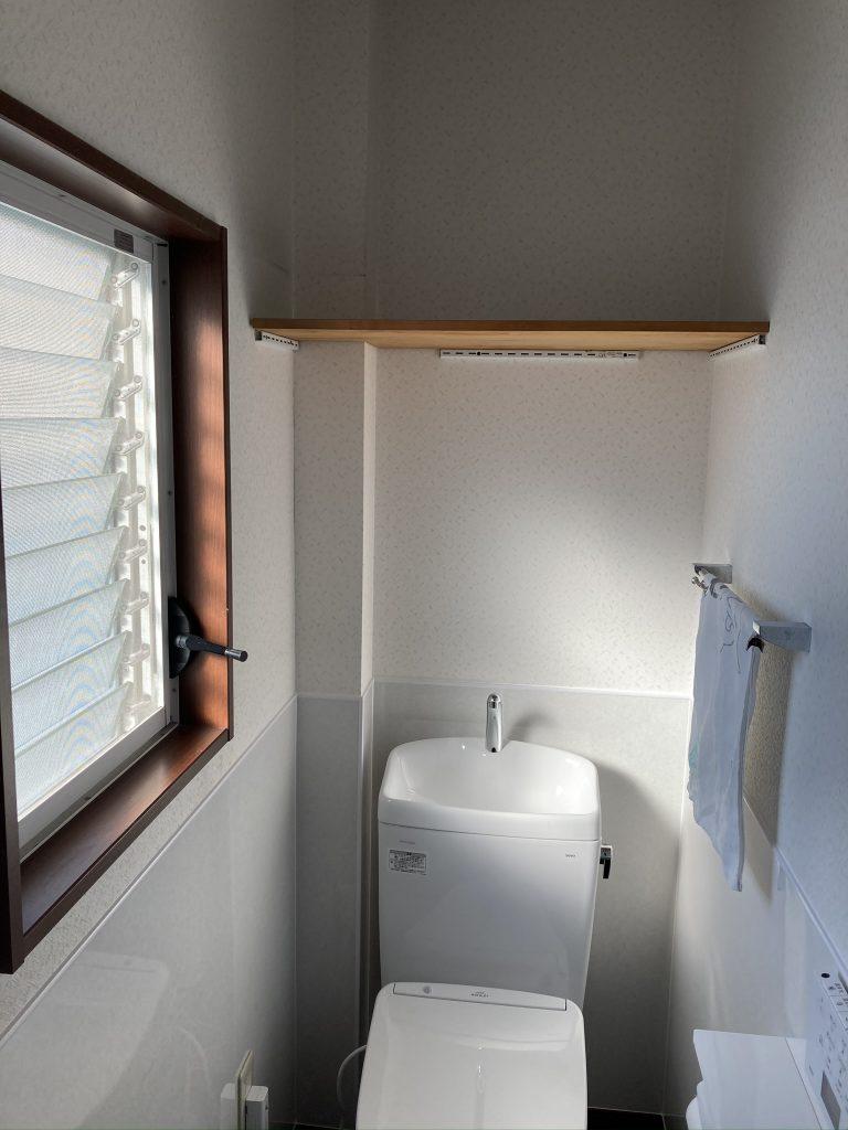 パネル施工で清潔感・清掃性に優れた高級感のあるトイレに